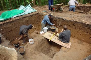 Allmählich wird die Dimension der Verfüllung in Schnitt 8 erkennbar. Möglicherweise handelt es sich bei der Grube um eine Zisterne, in der man ursprünglich das Regenwasser sammelte.