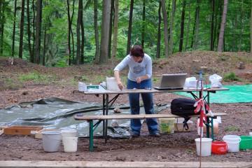 """Neben den laufenden Ausgrabungen nimmt bei unseren Tätigkeiten auf dem """"Alten Schloss"""" die Bearbeitung der Funde viel Zeit in Anspruch."""