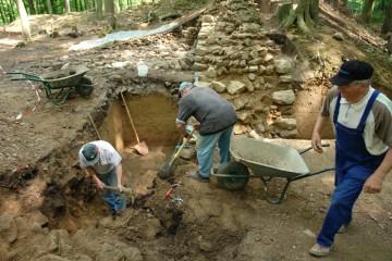 Im Bereich des ehemaligen Holzabfuhrweges zwischen Ober- und Unterburg legen wir die bis auf die Fundamente weitgehend abgetragene Ringmauer frei. Dabei wollen wir der Frage nachgehen, warum diese an besagter Stelle so tiefgreifend zerstört wurde.