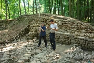 Noch hält die Steinstückung aus dem 19. Jahrhundert die eine oder andere Gelduldsarbeit für uns bereit, müssen wir doch für fast jeden Stein dessen Höhe ermitteln. Nach über 490 Messungen neigt sich dann der Tag seinem Ende zu.