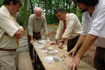 Hoher Besuch: Der Bürgermeister und der Landrat informieren sich über das Voranschreiten der Grabung.
