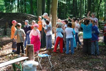 Steht im Mittelpunkt: Claudia. Die Kinder der Grundschule Kleinwallstadt sind bei ihrem Besuch auf der Ausgrabung an allem sehr interessiert.