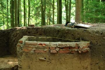 Zwar nicht aus dem Mittelalter, aber auch schon historisch: Reste eines Telefonkastens aus dem Zweiten Weltkrieg.