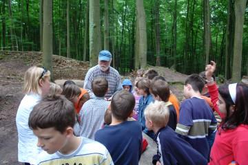 Immer wieder kommen neue Gruppen von Kindern auf die Grabung und interessieren sich, was es an Funden zu sehen gibt.