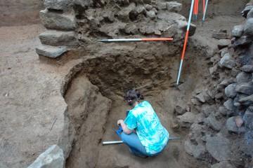 Bei den Grabungen stießen wir auf die Reste eines mittelalterlichen Tunnels. Dieser war angelegt worden, um durch Unterminierung die Mauer der Burg zum Einsturz zu bringen. Wie man an der Bresche sieht, hatte das Unternehmen Erfolg.