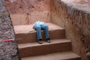 Am letzten Grabungstag verließen Claudia die Kräfte. Sie nutzte die fein säuberlich geputzten Schnittstufen für eine kleine Erholungspause.
