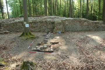 Die rechte Seitenwange des Fachwerkgebäudes auf der Oberburg in Kleinwallstadt besaß in ihrem vorderen Drittel einen ebenerdigen Zugang.