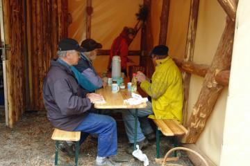 Alles Gute kommt von Oben: Manchmal war es so feucht und kalt, dass wir selbst in der Pause unsere Regenbekleidung anbehielten.