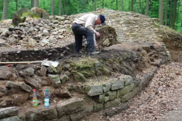 Ein weiterer Mauerabschnitt wird geputzt. Die Innenwandung wurde dort erstaunlich sorgfältig ausgeführt.