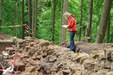 Die steingerechte Dokumentation ist unverzichtbar, wird doch bei der folgenden Mauersanierung die ursprüngliche Mauer durch mehrere, neue Lagen überdeckt.