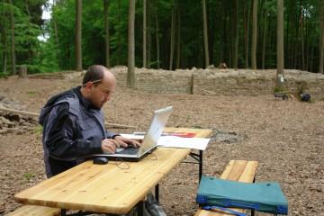 Neben dem Graben widmet sich Matthias der umfangreichen schriftlichen Dokumentation. Jeder Mauerzug wird ausführlich beschrieben, jeder Arbeitsgang sorgfältig dokumentiert.