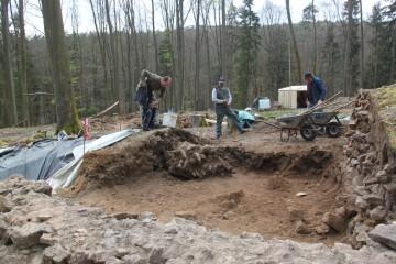 Von den unzähligen Sandsteinen bleibt auf der Fläche nach dem Abräumen nur noch ein großer Mauerblock stehen.