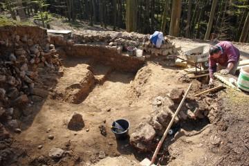 Beim Tiefergehen zeigt sich, dass die Innenseite der Ringmauer außerordentlich sorgfältig gearbeitet ist.