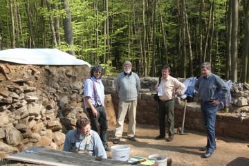 Der Bürgermeister und Herr Dr. Hoppe vom Bayerischen Landesamt für Denkmalpflege informieren sich über den Fortgang der Arbeiten.