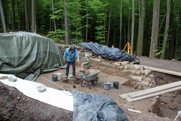 Die sich im Burginneren abzeichnenden Gruben werden bis zu ihrer Sohle ausgehoben.