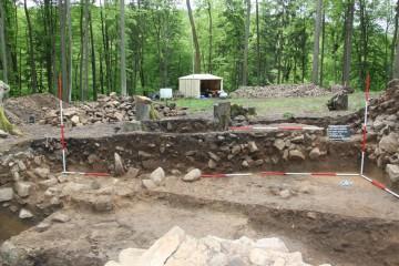 Deutlich zeichnet sich im Profil die mit Mauerversturz verfüllte Grube eines Fachwerkhauses ab.