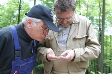 Gugg emol do ... Die vom Grabungsleiter (!) gefundene, vermeintliche Münze wird genauer in Augenschein genommen.
