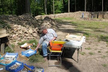 Waschstation. Im Hintergrund wird das Burginnere von Matthias geophysikalisch untersucht.