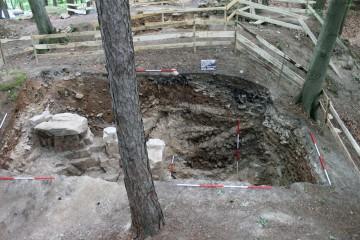 Der im Hinblick auf den ausschließlich von Hand bewegten Abraum mit Abstand größte Grabungsschnitt der Ausgrabungen des Jahres 2013 erbrachte keine einzige Burgmauer. Dafür zeichnen sich dort mehrere, sich überlagernde Gruben ab.