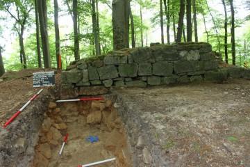 """Anlässlich der archäologischen Untersuchungen konnte das Mauerfundamet als Fälschung des 19. Jahrhunderts """"entlarvt"""" werden."""