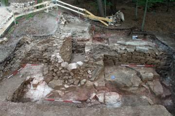 In die nördlichen Außenmauer der hochmittelalterlichen Burg auf dem Klosterberg wurde nachträglich ein Bastionsturm eingefügt. Es ist vorgesehen, die Fundamente nach Abschluss der Sanierungsarbeiten sichtbar zu belassen.