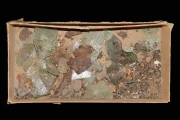 Der Blick in einen Karton mit Altfunden verdeutlicht, dass Funde vom Klosterberg und vom Gräfenberg nicht getrennt wurden.