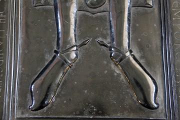 Die Stachelsporen auf der Grabplatte im Dom von Merseburg aus dem ausgehenden 12. Jahrhundert verdeutlichen in anschaulicher Weise die Trageweise dieses Reitzubehörs.