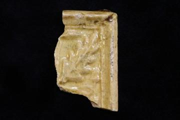 Fragment ener Nischenkacheln mit gefiederten Blättern vom Klosterberg