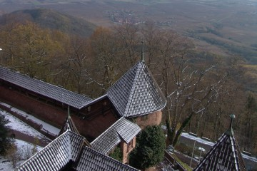 Blick von der Hohkönigsburg ins Elsaß. Die Anfang des 20. Jahrhunderts wiederaufgebaute Veste dominierte eine reiche Region im Herzen Europas, deren mittelalterliche Infrastruktur geprägt war vom Silberbergbau und vom Weinbau.