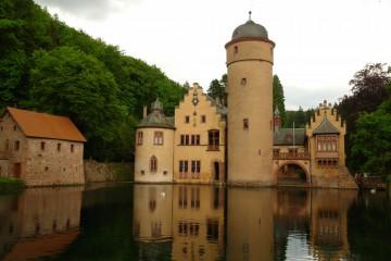 """Das Wasserschloss von Mespelbrunn: ein Muss für jeden Spessarttouristen. Als Drehort für """"Das Wirtshaus im Spessart"""", einen der bekanntesten Filme der 50er Jahre, erlangte die Burganlage mit seinem in der Romantik angelegten Landschaftsgarten weltweite Bekanntheit."""