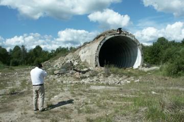 Ein aufgelassener Bunker auf Saaremaa (Est), der ursprünglich zur Lagerung von Atomraketen diente. Relikte des Kalten Krieges stoßen bei Touristen, vor allem aus den USA und Großbritannien, auf großes Interesse. Für die Bewohner der Insel Saaremaa hingegen rufen sie Erinnerungen wach an Unterdrückung und Vertreibung.