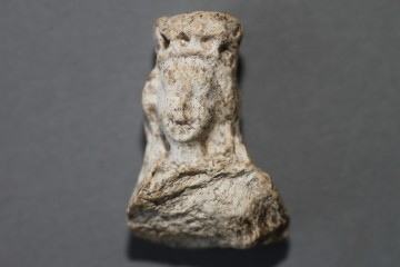 Von einem zweiten Figürchen: der Kopf einer Madonna aus Pfeifenton, ebenfalls auf der Mole gefunden