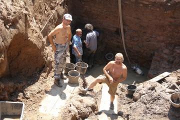 Die Holzfunde stammen aus der dauerfeuchten, etwa 80cm mächtigen Verfüllung des Burggrabens: drei Meter unter der heutigen Wiese.