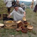 Zeitgemäß wird auch bei den Milites Teutonici hauptsächlich von Holzgeschirr gespeist.