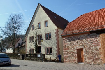 """Das Anwesen """"Schlossplatz 3"""" in Rothenbuch. Die beiden untersuchten Räume liegen im rückwärtigen Bereich des Anwesens."""