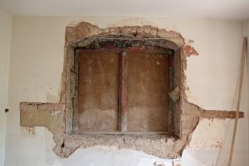Bei den Sanierungsmaßnahmen 2009 konnte im ersten Obergeschoss ein später vermauertes, renaissancezeitliches Fenstergewände freigelegt werden. Es weist noch die ursprüngliche Bemalung mit roter Farbe auf.