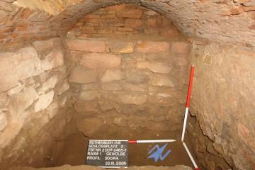 Blick in den Keller von Raum 1 nach Nordwesten. Deutlich erkennt man das vorkragende Fundament der renaissancezeitlichen Hausmauer.