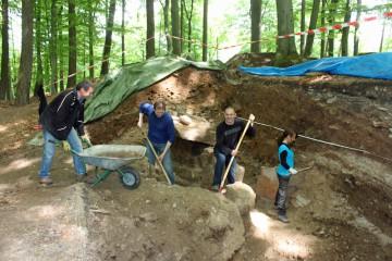 Auch der Bürgermeister des Marktes Hösbach unterstützte die Grabung mit vollem körperlichem Einsatz.