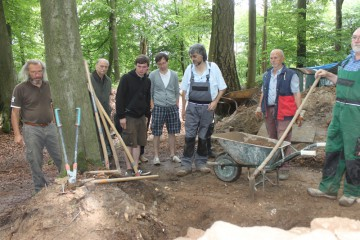 Der Lehrstuhl für Mittelalterarchäologie der Universität Halle/Saale zu Besuch auf der Grabung.