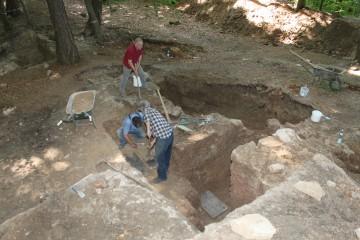 Zusätzlich zur Mauer werden die Reste einer in diese integrierten Bastion erkennbar.