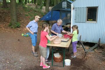 Schüler von der Klosterbergschule unterstützen Roland beim Scherbenwaschen.