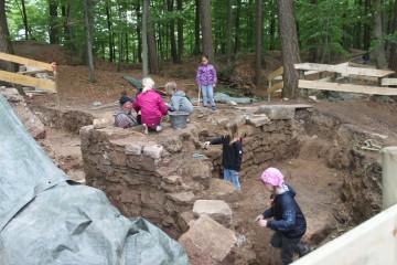 Nach dem Freilegen ist Feinputz der Mauern angesagt.