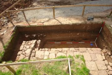 Die Stallungen im Südosten des Burgstalls dienten zum Unterstellen von Pferden. Daher wurde der Boden des in Fachwerktechnik errichteten Gebäudes mit einem Plattenbelag aus Sandstein ausgekleidet.