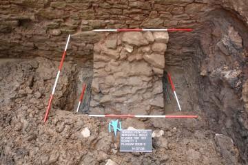 Blick auf die nördliche Ringmauer mit einem bereits bei Errichtung der Mauer dort eingebauten Stützpfeiler