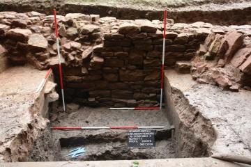 Blick auf die westliche Ringmauer. Der Steinversturz ist das Ergebnis einer um 1400 erfolgten Geländesenkung.