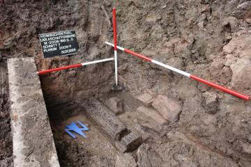 """Eine mit einem sog. """"Mönch"""" verschließbare Deichelleitung regulierte südwestlich der Burg Mole den Wasserstand in dem die Burg umgebenden Graben."""