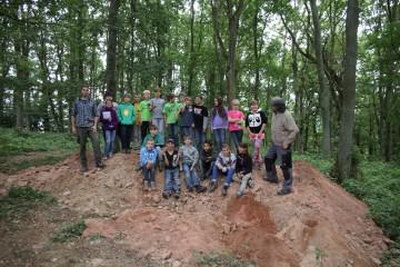 Die versammelte Grabungsmannschaft aus mehreren Archäologen-Generationen