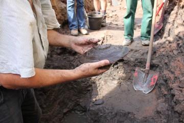 Fund des Tages: ein Holzteller, der sich im feuchten Boden erhalten hat