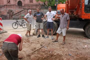 Vier Männer und eine Frau - letztere arbeitet