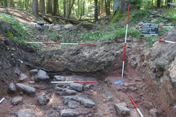In einer Sondage wurde 2012 die Konstruktionsweise des größten Bodendenkmals im Spessart archäologisch untersucht.